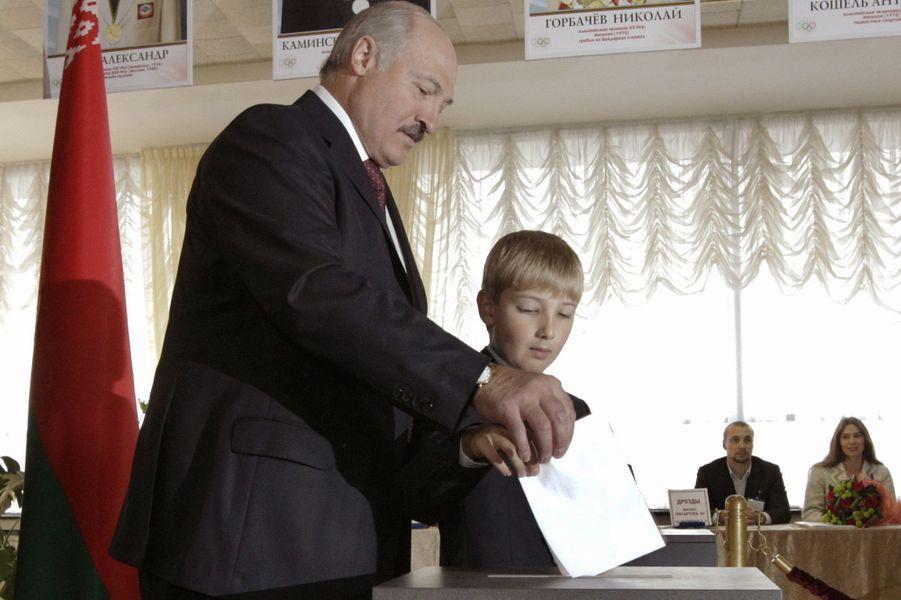 Alexandre Loukachenko vote avec son fils Nikolaï à Minsk, le 23 septembre 2012