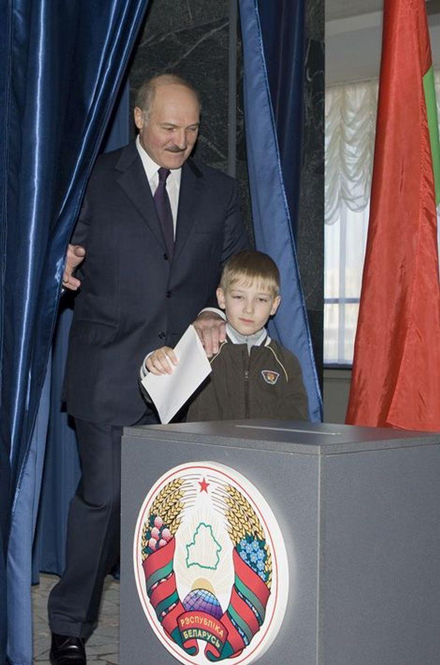 Alexandre Loukachenko vote avec son fils Nikolaï à Minsk, le 25 avril 2010