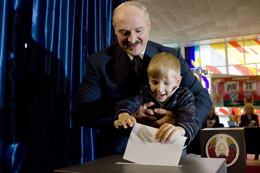 Alexandre Loukachenko vote avec son fils Nikolaï à Minsk, le 28 septembre 2008