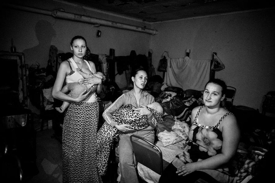 Dans la cave du collège de la ville, Marina 19 ans donne le sein à sa fille Paulina, 5 mois, elle a le même âge que la République de Donetsk.