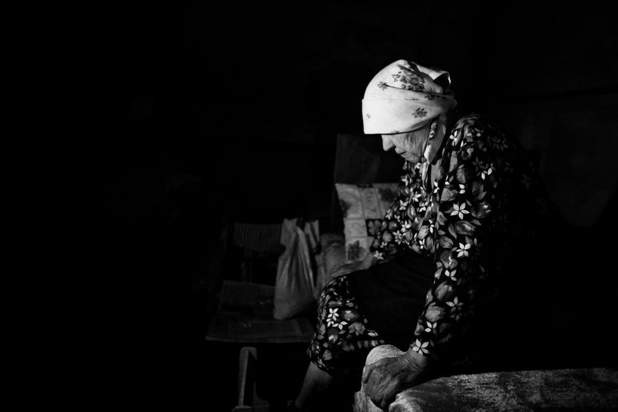 A Yasinovata, une commune limitrophe de Donetsk, la population bombardée continuellement depuis fin juin, vit une grande partie de la journée dans les caves des immeubles sans eau ni électricité.