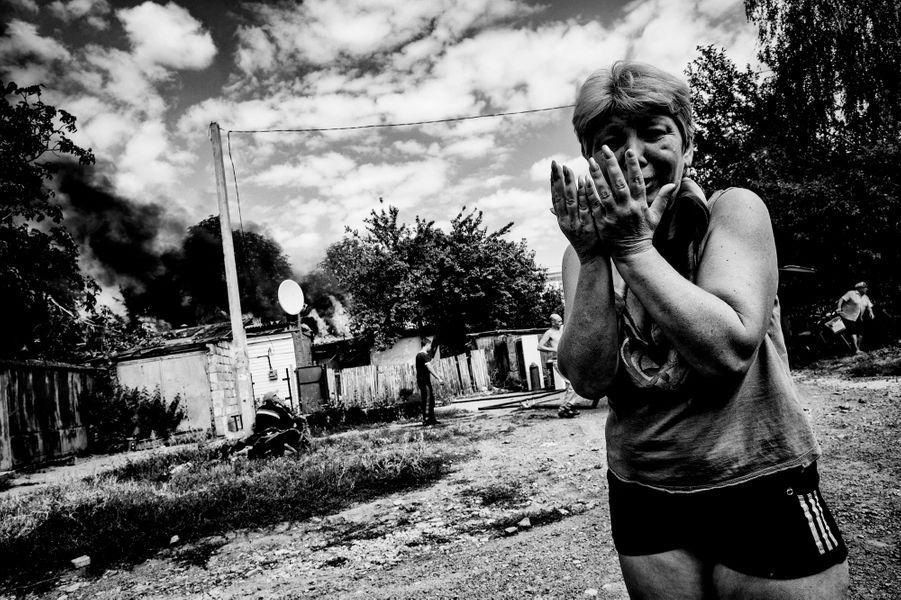Dans le district Mirny au sud de la ville de Donetsk les habitants sont désespérés de voir leurs maisons partir en fumée à la suite du bombardement de leur quartier par l'armée régulière ukrainienne. Au petit matin du 24 août, Liena voit sa maison de Leninsky, au sud de Donetsk, détruite par un missile Grad, tiré par l'armée ukrainienne.