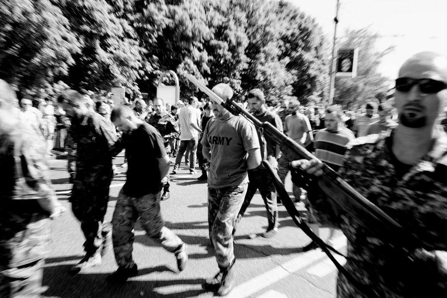 Les indépendantistes de Donetsk font défiler sous les jets de pourris e les crachats de la population leurs prisonniers de l'armée régulière ukrainienne.