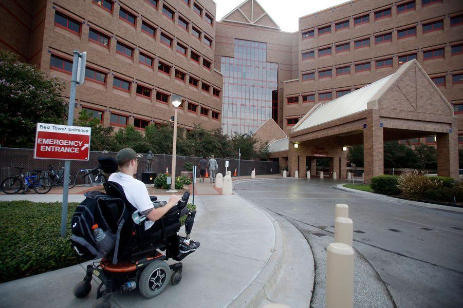 Matt utilise aussi un fauteuil roulant pour les longs déplacements.