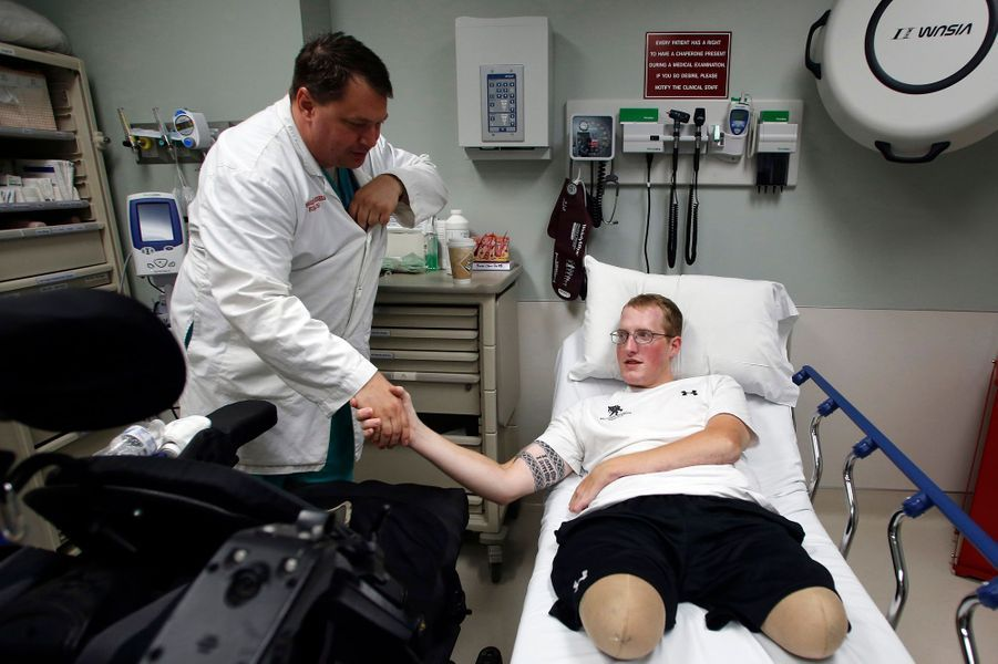 Des soins permanents sont nécessaires pour le soldat. Il est ici pris en charge par leBrooke Army Medical Center de San Antonio.