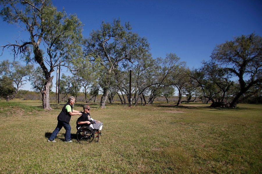Pam, sa mère, est toujours derrière son fiston. Ils vivent dans un ranch à San Antonio, au Texas.