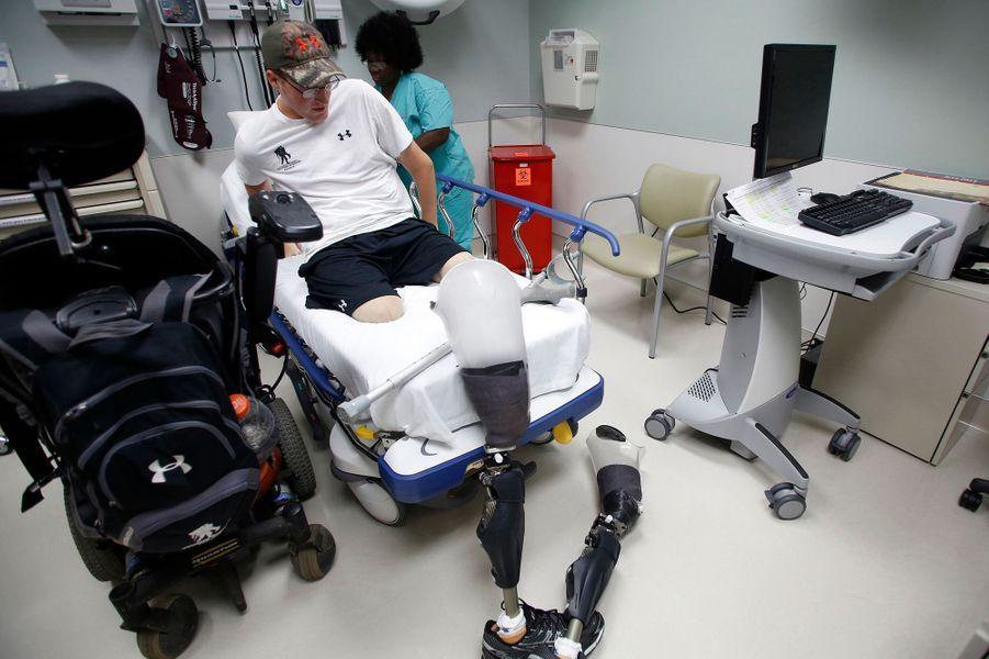 Grâce à des jambes artificielles, Matt a pu remarcher.