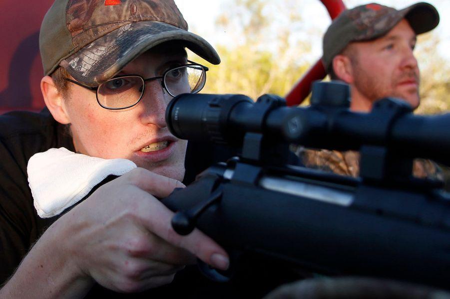 Matt s'entraîne à tirer sur des cibles. Il espère toujours retrouver sa place dans l'infanterie.