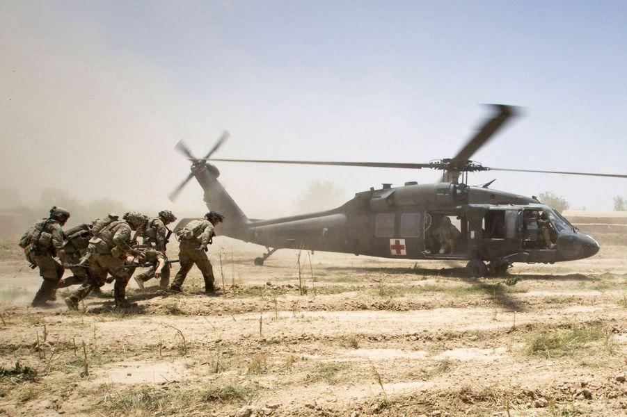 Il a été transporté inconscient en hélicoptère, puis rapatrié aux Etats-Unis pour subir de nombreuses opérations chirurgicales.