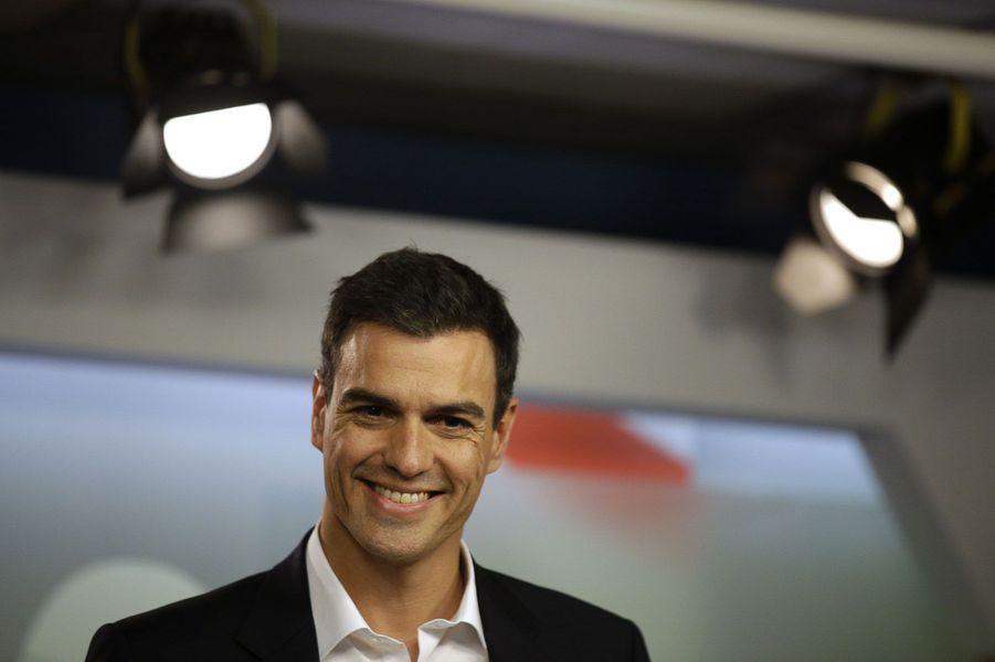 Son charisme et son sourire ont fait de cet économiste méconnu le nouveau patron du très malmené Parti socialiste espagnol.