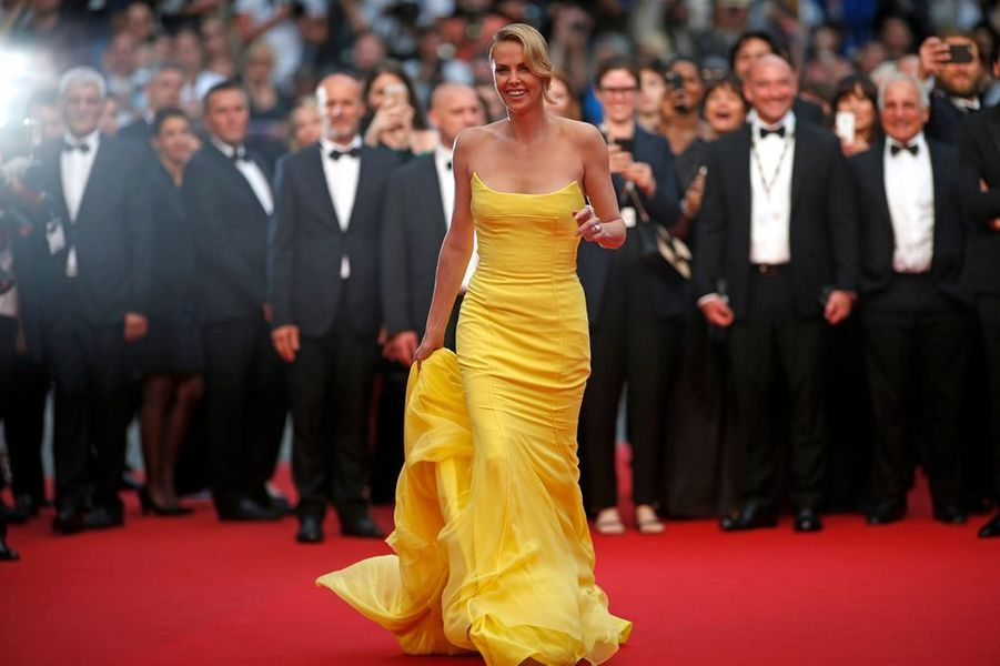 "14 mai. Charlize Theron enflamme Cannes avec ""Mad Max: Fury Road"""