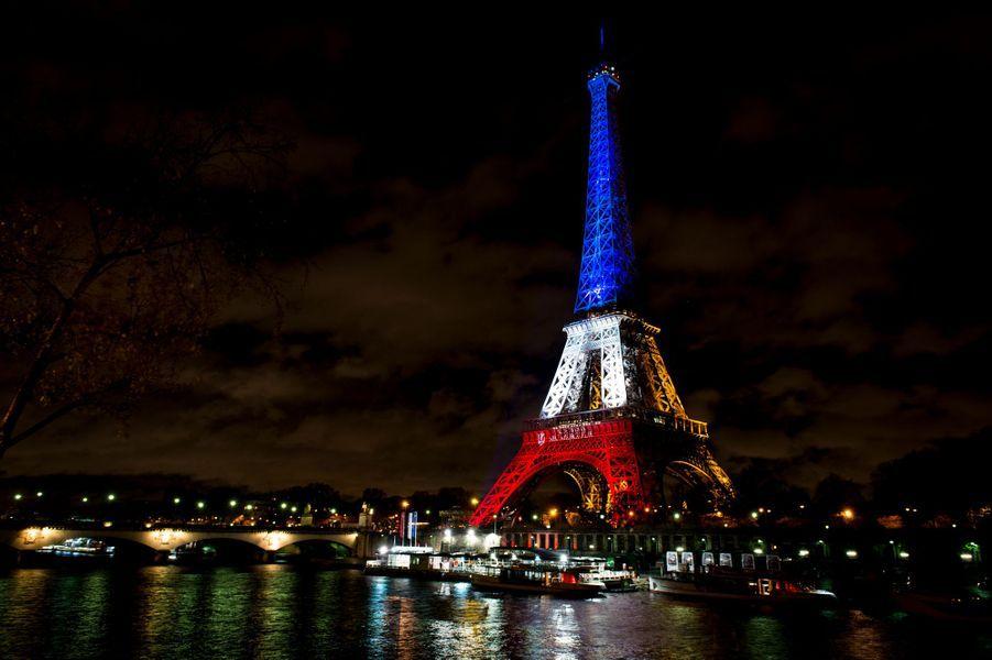 17 novembre. La Tour Eiffel en bleu-blanc-rouge pour rendre hommage aux victimes