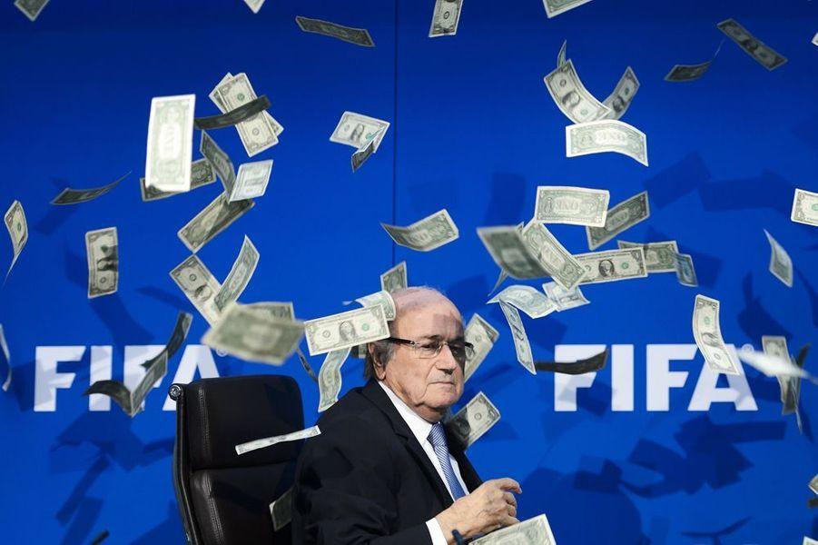 20 juillet 2015. Il pleut des dollars sur Sepp Blatter, qui devra démissionner de son poste de président de la Fifa