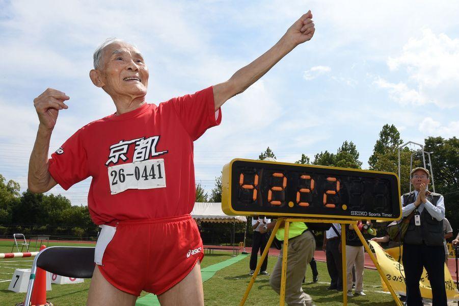 23 octobre. Hidekichi Miyazaki bat le record du 100 mètres catégorie centenaire