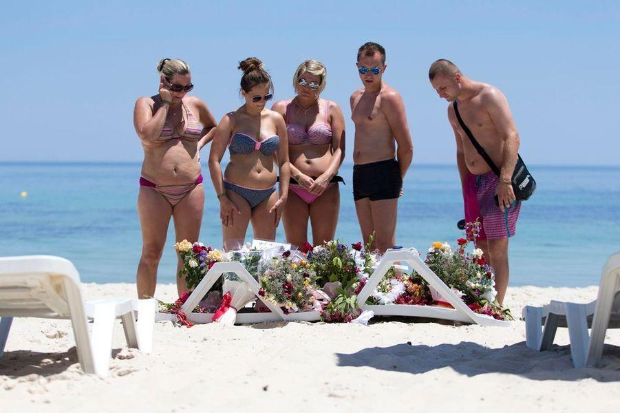 28 juin. Les touristes rendent hommage aux victimes de Sousse