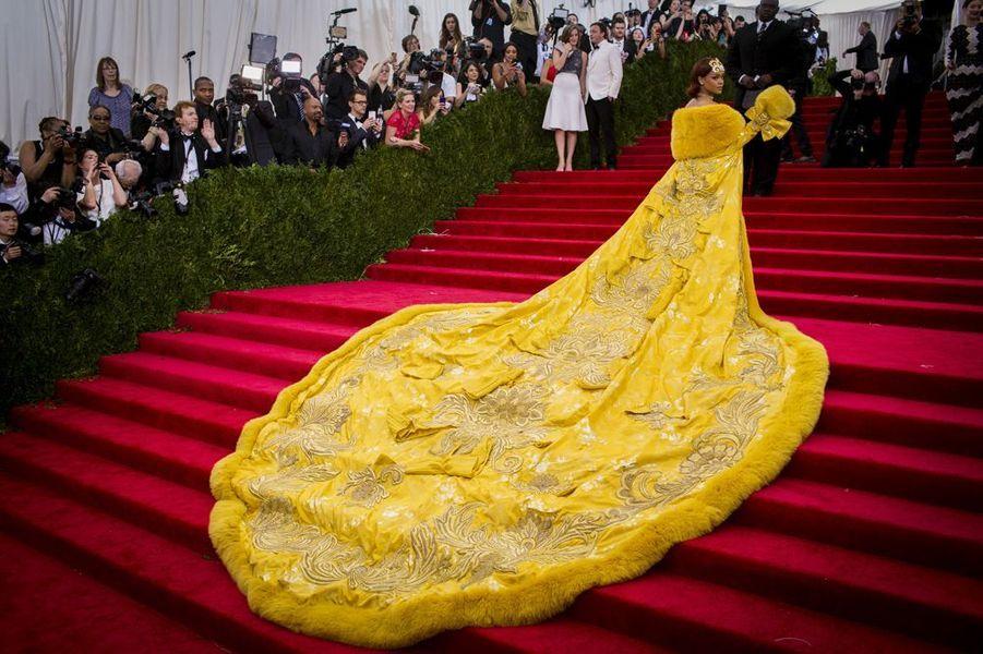 5 mai 2015. Rihanna fait sensation au Metropolitan Museum of Art Costume Institute Gala 2015 à New York