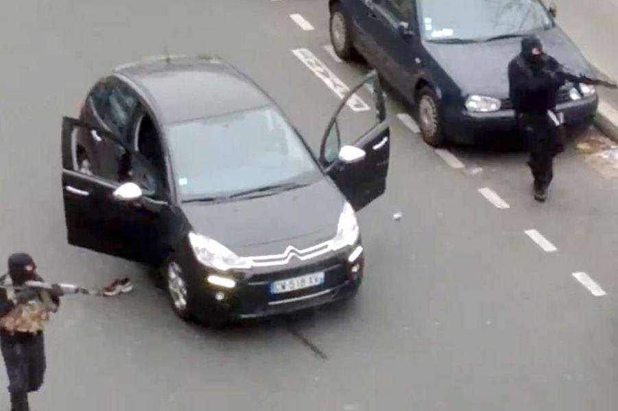 """7 janvier. 12 personnes dont 7 membres de l'équipe de """"Charlie Hebdo"""" sont tuées par deux terroristes, les frères Kouachi"""