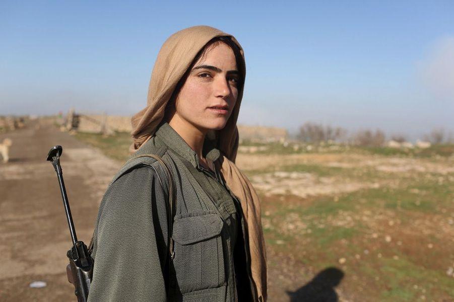 Une femme kurde qui combat l'Etat islamique pour sa liberté. Photo prise en avril 2015