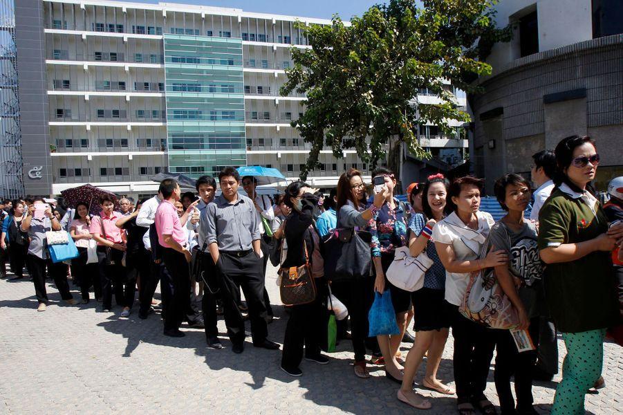 De nombreux fonctionnaires et employés des ministères ont dû quitter leurs bureaux.