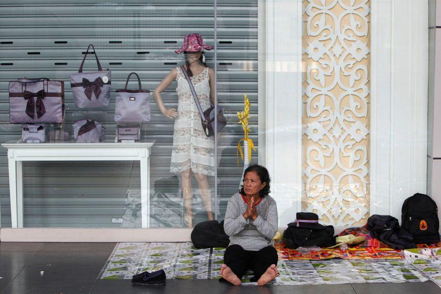Les manifestants ont en tout cas prévu une longue mobilisation, pour contraindre le gouvernement à céder. Pour désamorcer la crise, Yingluck Shinawatra a appelé à des élections anticipées pour le 2 février, que son parti Puea Thaia toutes les chances de remporter. Suthep Thaugsuban a rejeté cette initiative et la Commission électorale a suggéré que le scrutin soit repoussé au 4 mai.