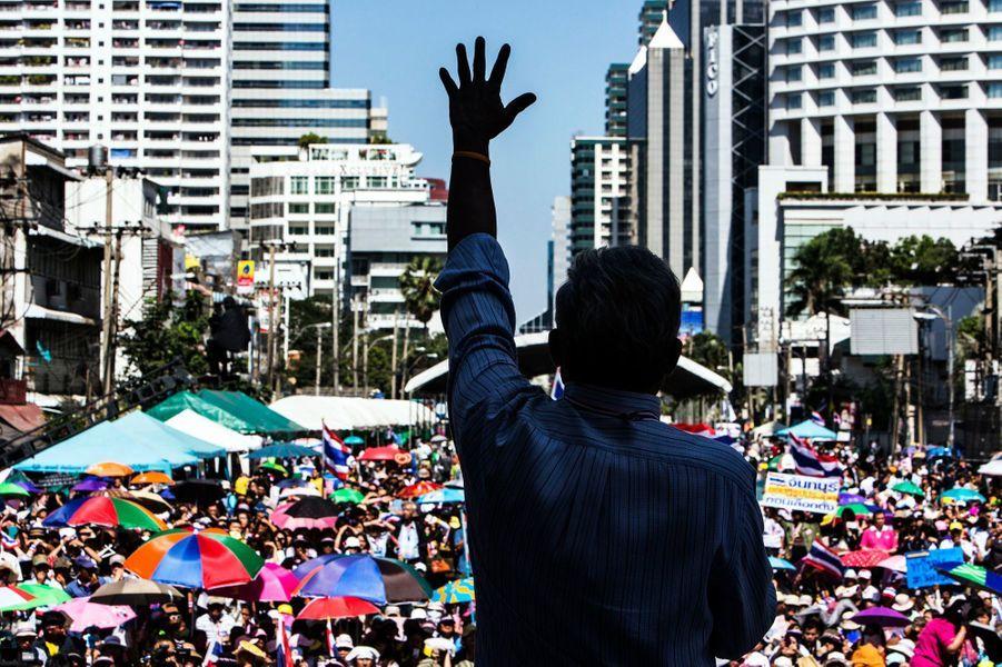 """""""Pendant les deux ou trois prochains jours, nous devons forcer tous les bâtiments gouvernementaux à fermer"""", a déclaré Suthep Thaugsuban à ses partisans."""