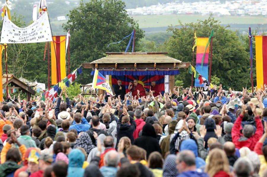 Le Dalaï Lama parmi les stars de Glastonbury