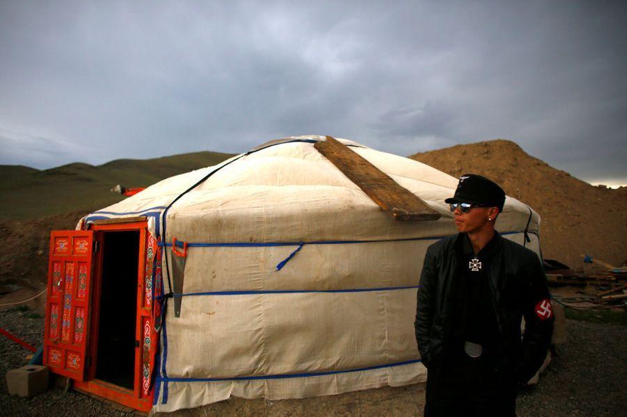 Le photographe de l'agence Reuters Carlos Barria a rencontré les Mongols néo-nazis du groupeTsagaan Khass, qui se revendique à la fois d'Adolf Hitler et de Gengis Khan et combattent aujourd'hui les firmes étrangères qui exploitent les mines de Mongolie. Les néo-nazis mongols auraient commis de nombreuses exactions, attaquant des membres de la communauté chinoise ou des femmes mongoles mariées avec des étrangers.