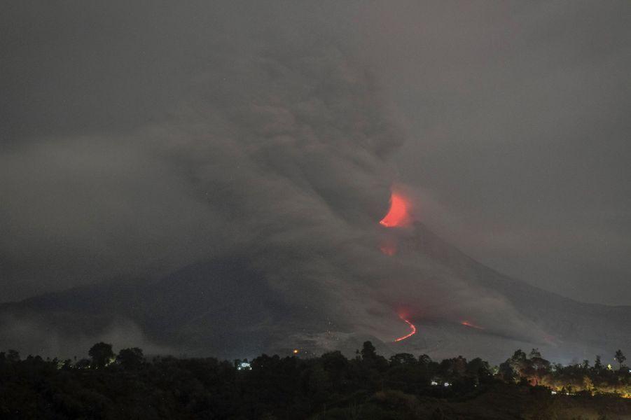 Le mont Sinabung est toujours en pleine éruption