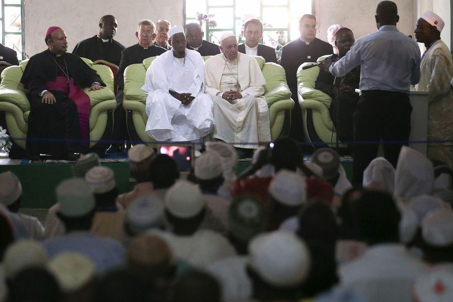 Le pape François accueilli à la mosquée centrale de Bangui