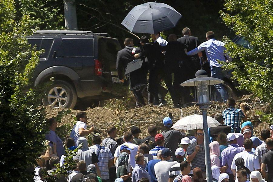 Le Premier ministre serbe Aleksandar Vucic évacué sous les jets de pierre à Srebrenica