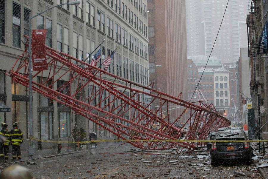 Les images spectaculaires de l'effondrement d'une grue