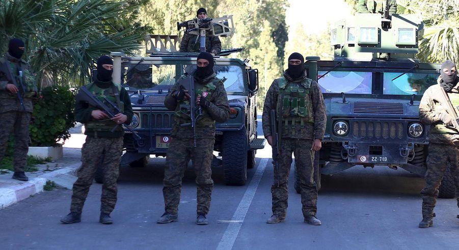 Les militaires gardant le gouvernement local à Kasserine
