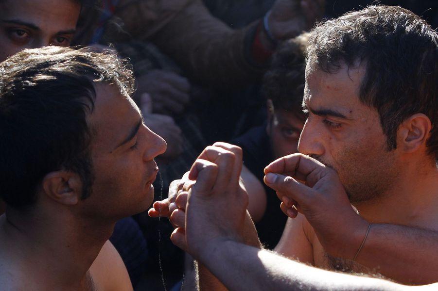 Lèvres cousues, des migrants dénoncent leur situation à la frontière macédonienne