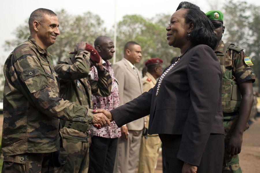 La présidente par intérim, Catherine Samba Panza, serre la main au Général français Francisco Soriano avant son allocution devant l'armée centrafricaine au Collège National de l'administration et de la magistrature. Les événements tragiques se sont déroulés après son départ.