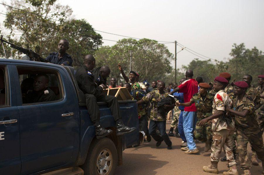 La Présidente a terminé son discours. Des membres des FACA ont attaqué un homme qu'ils soupçonnent d'être un membre de la Seleka, alors qu'en fait, c'est un gendarme. Sans succès, il essaie de stopper le massacre. Il réussira à s'enfuir alors que les FACA pensent qu'il est des membres de la Seleka.