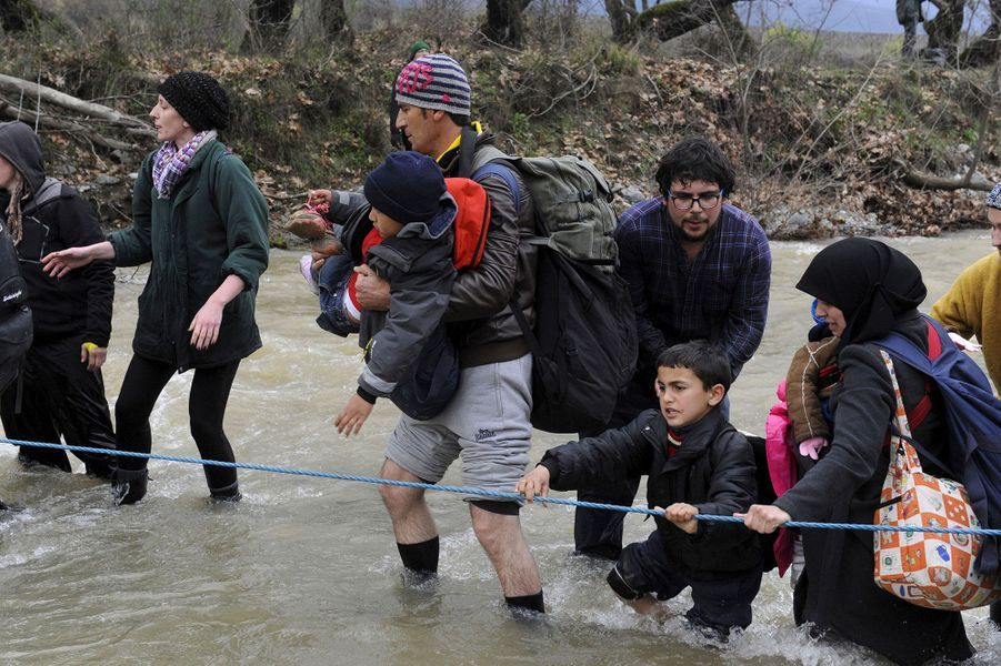 Des centaines de migrants sont entrés en Macédoine lundi