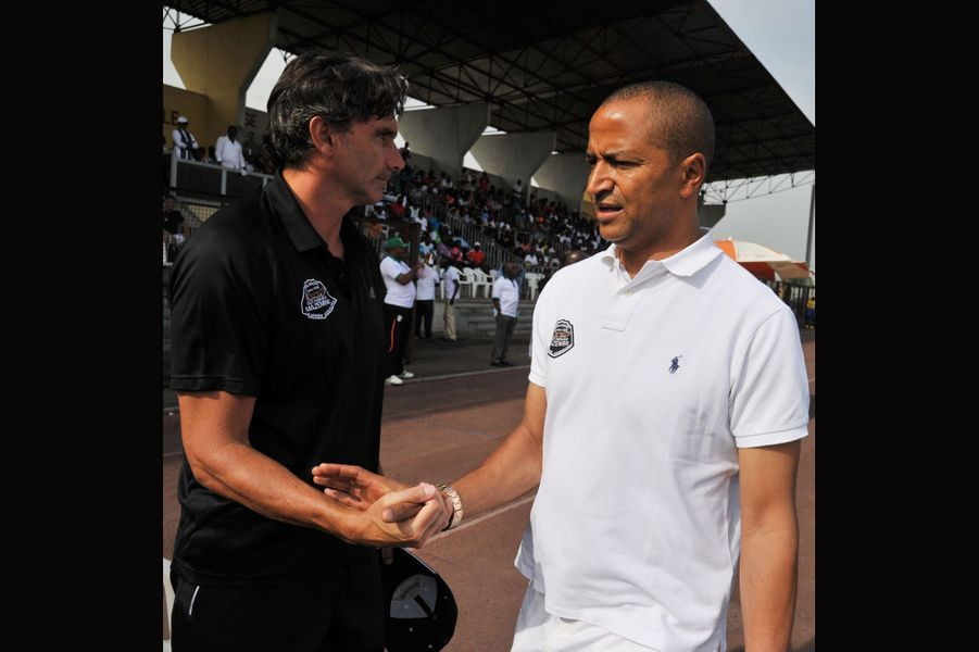 Katumbi serrant la main au Français Patrice Carteron