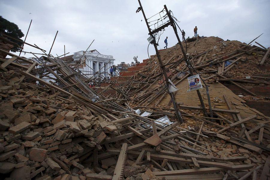 Selon les autorités, au moins 1000 personnes ont trouvé la mort dans le tremblement de terre au Népal