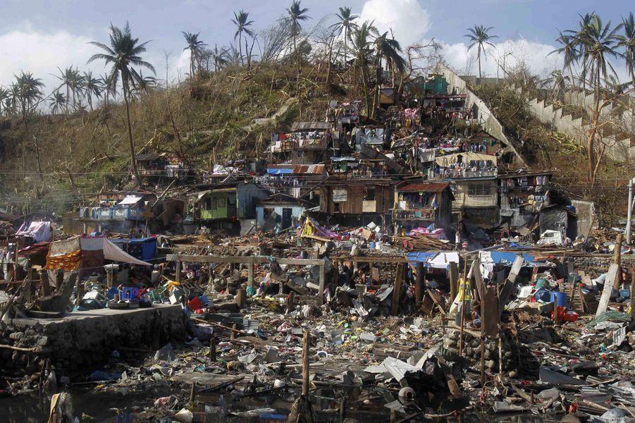 Les habitations en bord de mer, comme ici à Tacloban, ont payé un lourd tribut à la tempête.