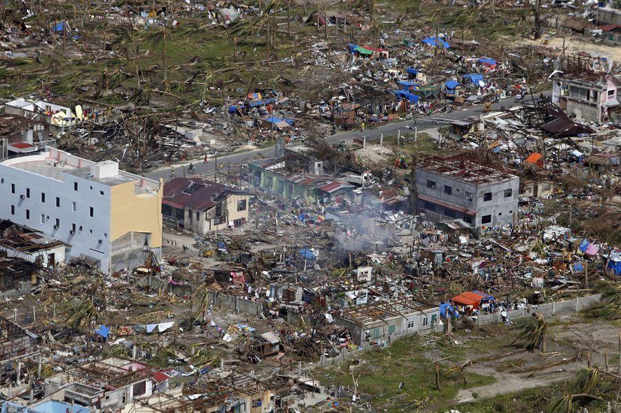 Les vues aériennes - comme cette photo de la province de Samar - témoignent de l'ampleur du désastre. Vendredi, le typhon Haiyan a balayé d'est en ouest l'archipel philippin semant la mort sur son chemin. Quasi rien n'a résisté aux vents dépassant les 300 km/h, avec des pointes à 378 km/h. La plupart des dégâts et décès ont été provoqués par les vagues géantes qui ont recouvert des villages entiers, rasant habitations et infrastructures. Le bilan fait état de 10 000 morts et 600 000 déplacés, mais il n'est malheureusement que provisoire.