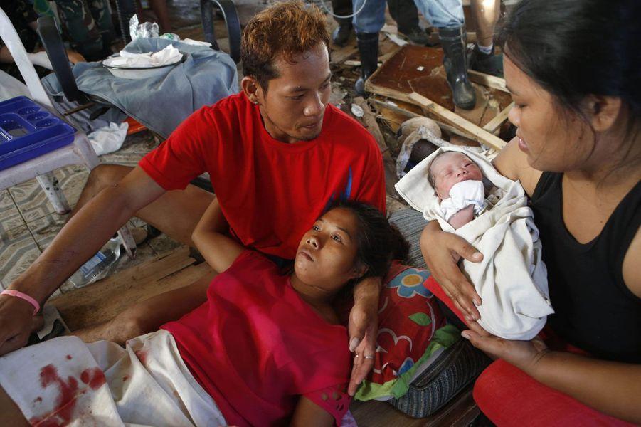 La petite Beatriz vient tout juste de naître. Sa maman a accouché au milieu des détritus dans une clinique de fortune. Un miracle qui a mis du baume au cœur aux survivants.