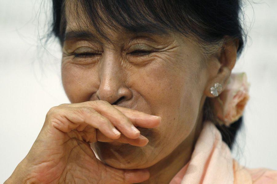 Aung Sang Suu Kyi émue en pleine conférence de presse à Berne, en Suisse, en juin 2012