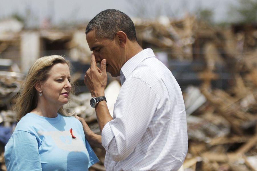 Barack Obama pleure en parlant avec une habitante de Moore, une ville de l'Oklahoma touchée par une violente tornade qui a tué 24 personnes, en ma...