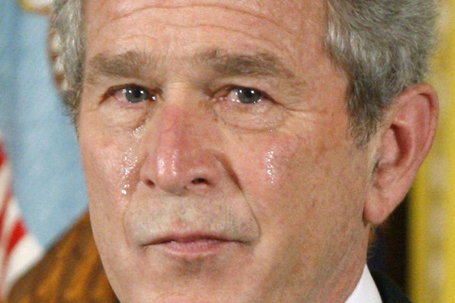 George W. Bush pleure durant un hommage rendu à un soldat américain qui s'est sacrifié pour sauver ses camarades en Irak, en avril 2008