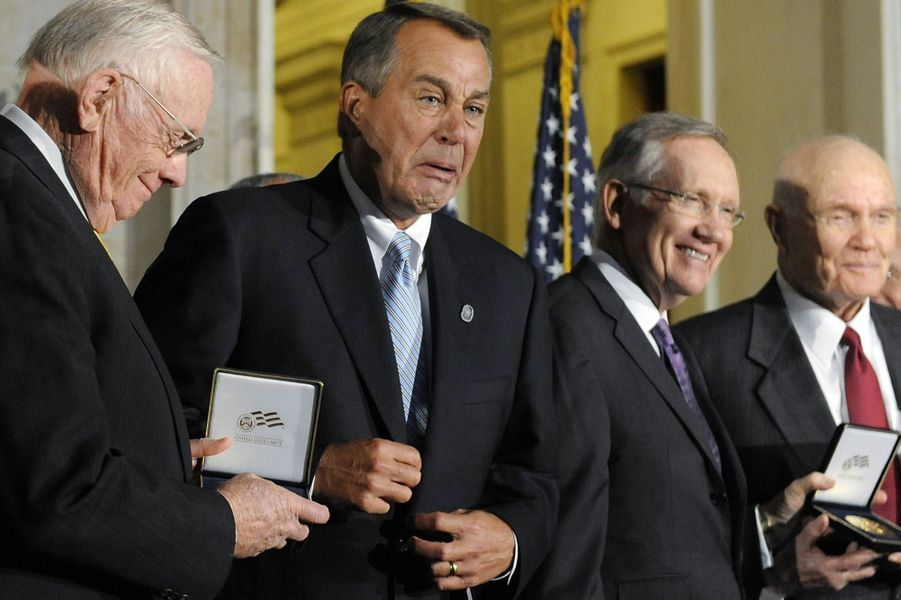 Le président de la Chambre des représentants américain John Boehner est ému en remettant un prix à Neil Armstrong, en novembre 2011