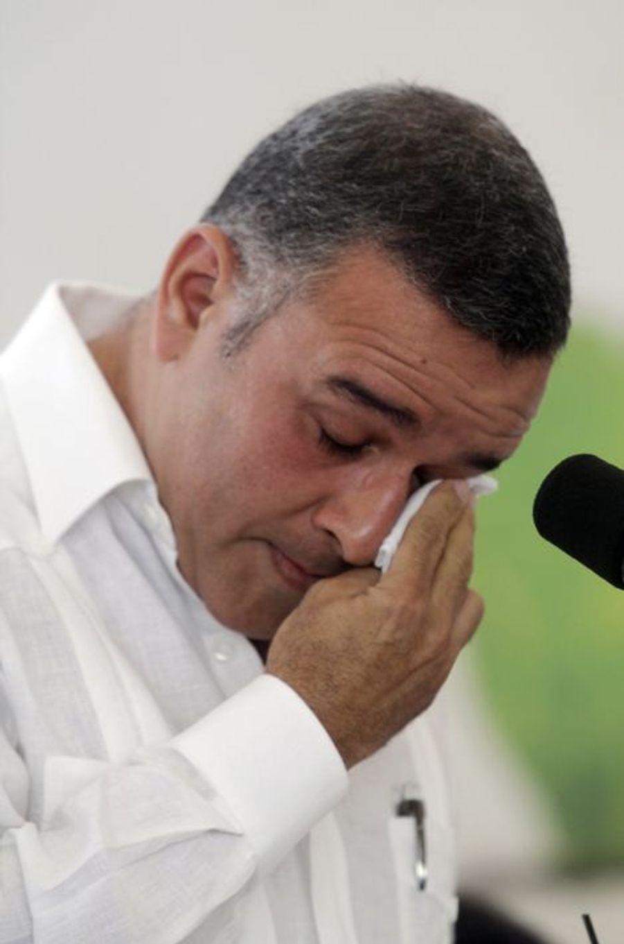 Le président salvadorien Mauricio Funes pleure lors d'un discours à propos du massacre d'El Mozote, en janvier 2012