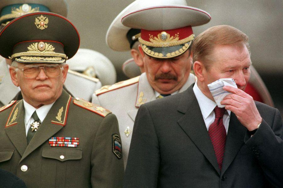 Le président ukrainien Leonid Kuchma pleure lors d'une cérémonie en hommage aux soldats tombés lors de la libération de Sébastopol, en mai 1999