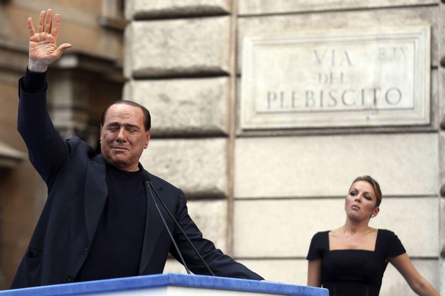 Silvio Berlusconi pleure lors d'un discours prononcé devant son palais de Rome, en août 2013