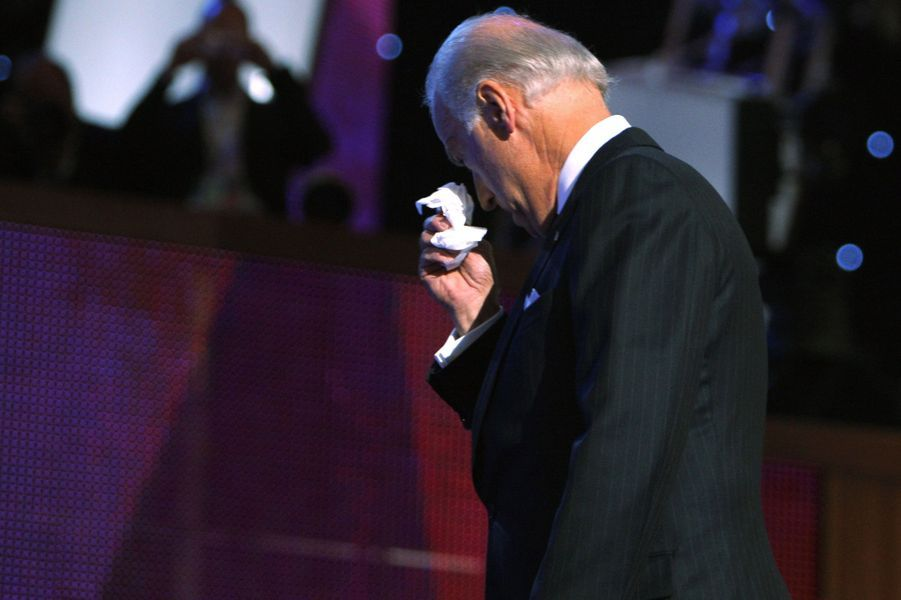 Tout juste désigné candidat à la vice-présidence américaine, Joe Biden craque sur scène à Denver, en décembre 2008