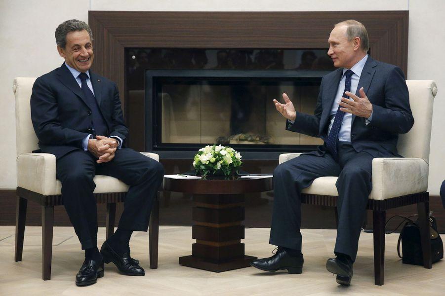 Rencontre souriante entre Nicolas Sarkozy et Vladimir Poutine